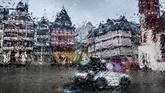 Mesin pembersih terlihat di belakang jendela suatu mobil yang basah karena tetesan air hujan di alun-alun Roemerberg di Frankfurt, Jerman. (AP Photo/Michael Probst)
