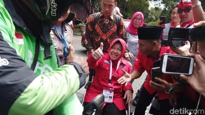 Wali Kota Surabaya Tri Rismaharini membuat heboh dunia maya karena menggunakan ojek online untuk ke gelanggang Kongres V PDIP di Bali, Kamis (8/8/2019).