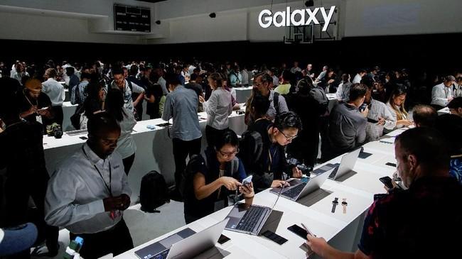 Galaxy Note 10 juga punya pengisi daya lebih cepat, 45 Watt dibanding seri Galaxy lain. (REUTERS/Eduardo Munoz)