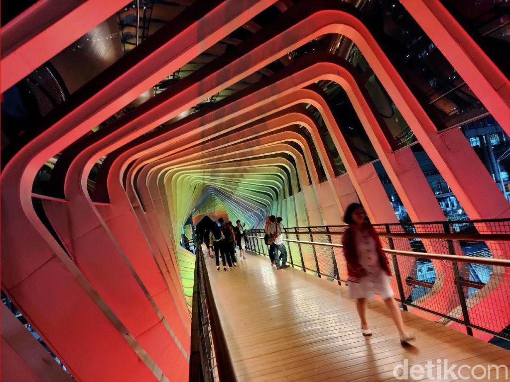 Lampu warna-warni di JPO Instagramable banyak menjadi incaran para pecinta fotografi.