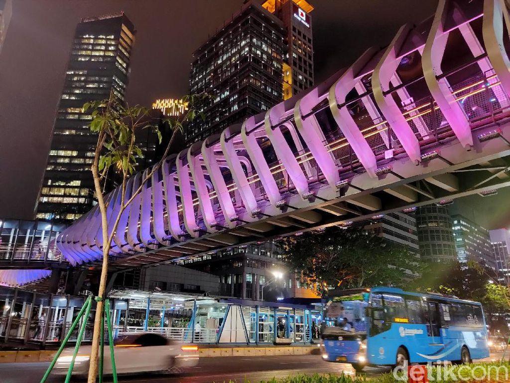 Warna-warni lampu JPO yang Instagramable semakin membuat indah tata cahaya lampu Jakarta.