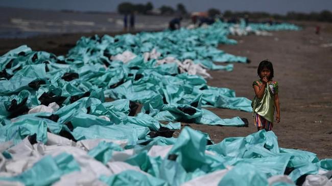 PT Pertamina Hulu Energi (PHE) mengatakan gelembung gas terjadi di sekitar anjungan lepas pantai YYA, Blok Migas Offshore North West Java (ONWJ) yang terletak sekitar 2 kilometer dari Pantai Utara Jawa, Karawang. (ANTARA FOTO/Sigid Kurniawan/ama)