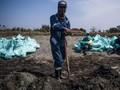 FOTO: Satu Juta Karung Minyak Tumpah di Karawang Dikumpulkan