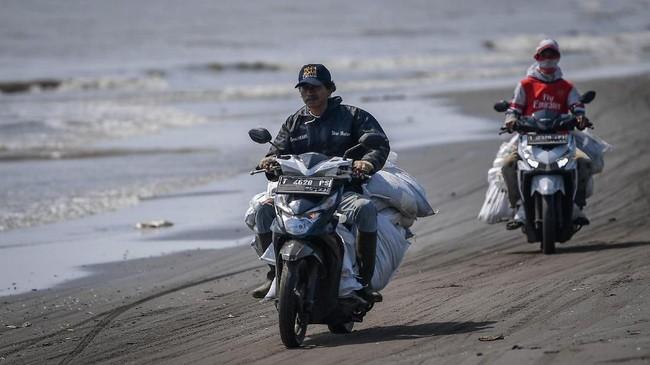 Sedikitnya lima pulau di Kabupaten Kepulauan Seribu ikut tercemar akibat tumpahan minyak milik PT Pertamina. (ANTARA FOTO/Sigid Kurniawan/ama)