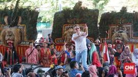 Hanung Bramantyo dapat Aplaus di Gala Premier Bumi Manusia