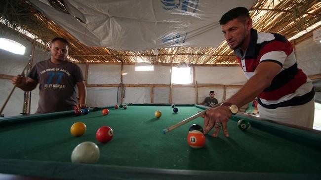 Warga Mosul justru lebih memilih tinggal di kamp pengungsian ketimbang di rumah karena fasilitas air bersih dan kesehatan dijamin tersedia. (REUTERS/Abdullah Rashid)