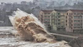 Topan Hagibis Picu Gelombang Hingga 4 Meter di Indonesia