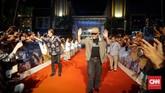 Iwan Fals dan Once menyapa ribuan penggemar di gelaran karpet merah Gala Premier Bumi Manusia, Jumat (9/8). (CNNIndonesia/Agniya Khoiri)