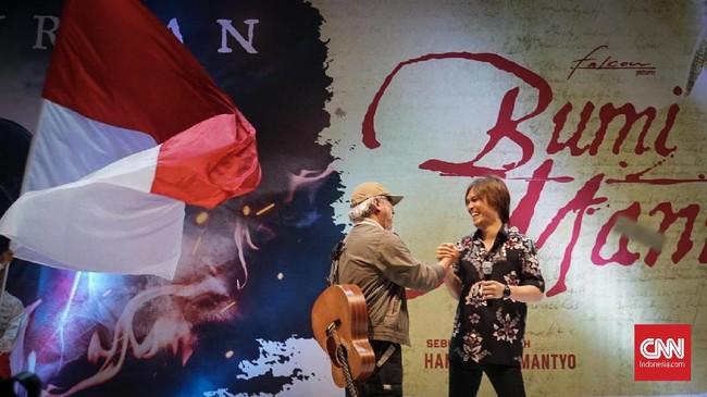 Iwan Fals dan Once berduet menyanyikan lagu tema film Bumi Manusiadalam lagu bertajuk Ibu Pertiwi secara langsung untuk pertama kalinya. (CNNIndonesia/Agniya Khoiri)