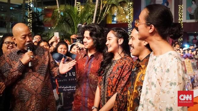 Bintang film dan komedian Indro Warkop turut menjadi tamu undangan untuk meramaikan Gala Premier Bumi Manusia, Jumat (9/8). (CNNIndonesia/Agniya Khoiri)