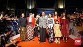 Para pemain pendukung film Bumi Manusia berfoto bersama di karpet merah Gala Premier, Jumat (9/8). (CNNIndonesia/Agniya Khoiri)