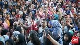 Antusias penggemar saat menghadiri acara gala premier Bumi Manusia dan Perburuan. (CNNIndonesia/Agniya Khoiri)