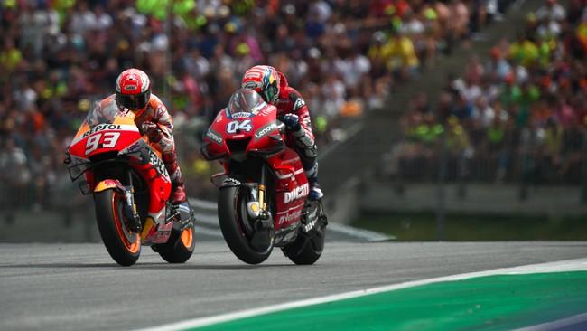 Marc Marquez membuat balapan MotoGP Austria 2019 semakin menarik setelah mengambil alih posisi terdepan di tiga lap tersisa. (VLADIMIR SIMICEK / AFP)