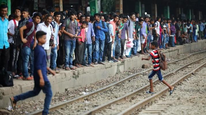 Banyak penumpang mengeluh karena harus menunggu berjam-jam di cuaca yang panas dan lembab.