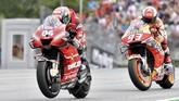 Marc Marquez mengambil risiko dengan berusaha mengejar Andrea Dovizioso meski sudah unggul cukup jauh di puncak klasemen MotoGP 2019. (AP Photo/Kerstin Joensson)