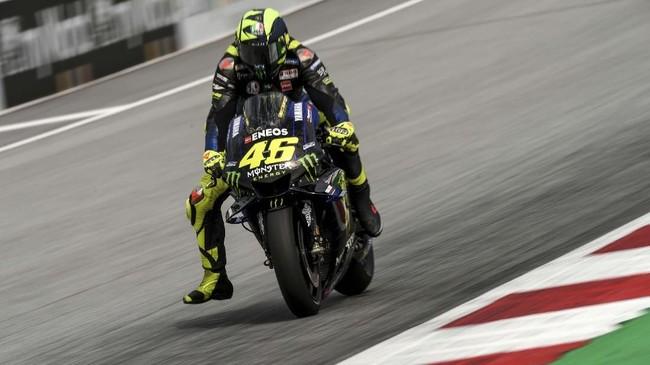 Valentino Rossi mengalami kesulitan di babak kualifikasi dan harus start dari posisi sepuluh pada balapan MotoGP Austria 2019. (VLADIMIR SIMICEK / AFP)