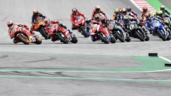 Pebalap Repsol Honda Marc Marquez sempat memimpin balapan di tikungan awal, namun kemudian nyaris bersenggolan dengan Andrea Dovizioso di tikungan tiga dan melorot ke posisi lima. (AP Photo/Kerstin Joensson)