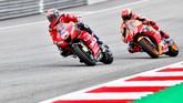 Andrea Dovizioso mulai mampu menyalip Marc Marquez di lap ke-11. Dovizioso yang tertinggal di klasemen MotoGP 2019 tidak ingin kalah dari Marquez. (AP Photo/Kerstin Joensson)