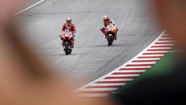 Andrea Dovizioso merayakan kemenangan atas Marc Marquez di MotoGP Austria 2019. Ini adalah kemenangan kedua Dovizioso di MotoGP 2019. (AP Photo/Kerstin Joensson)