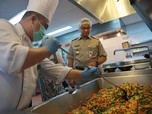 Pakai Shower Cap, Anies Terjun ke Dapur Hotel Bintang 5
