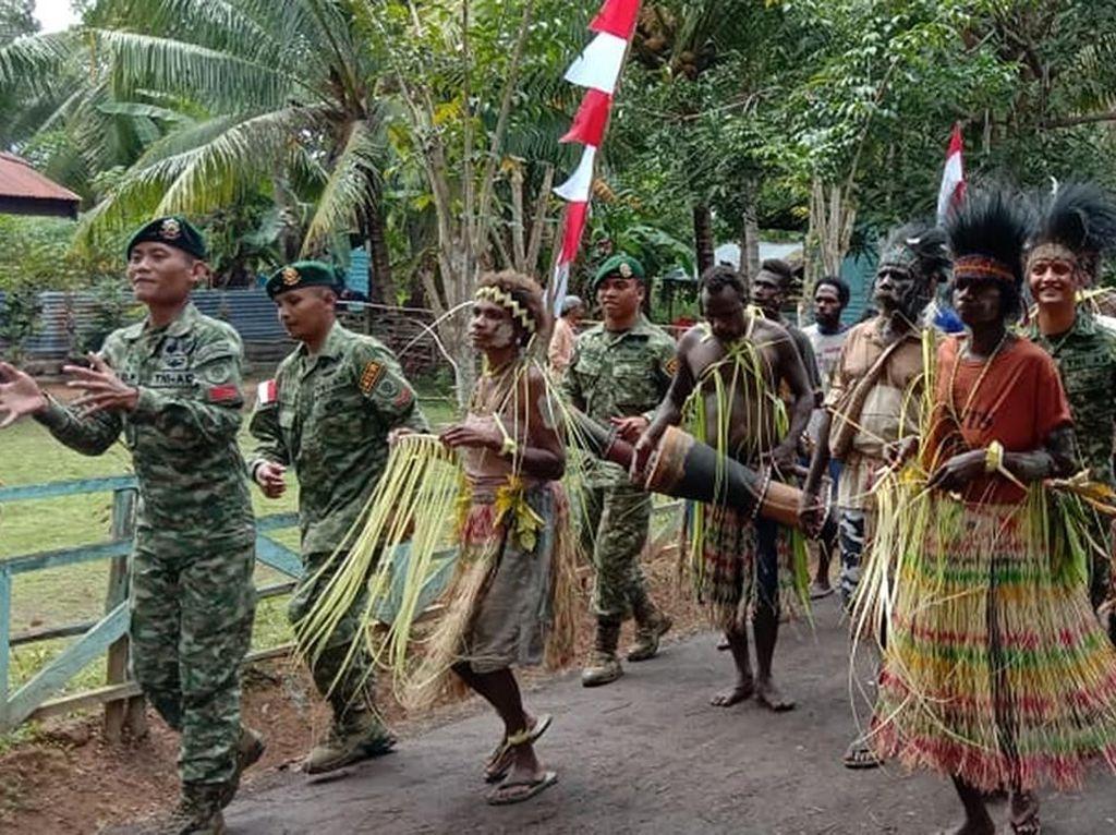 Dansatgas Yonif MR 411/Pandawa Kostrad Mayor Inf Rizky Aditya S.Sos., M.Han., mengatakan bahwa kegiatan yang dilaksanakan di Pos Rawabiru bersama Suku Kanum merupakan salah satu upaya menjaga persatuan dan kesatuan bangsa melalui budaya adat.