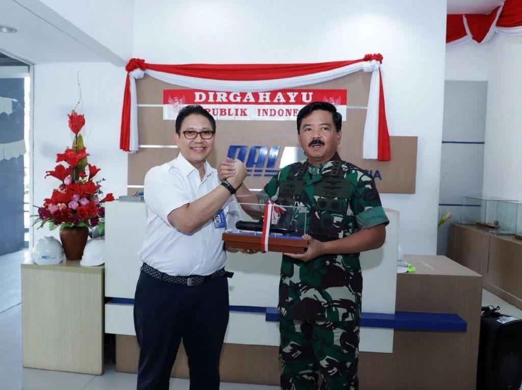 Panglima TNI Marsekal Hadi Tjahjanto melakukan salam komando dengan Direktur Utama PT PAL Indonesia Budiman Saleh usai meninjau fasilitas kapal selam. Istimewa/Puspen TNI.