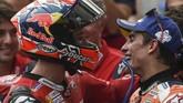 Marc Marquez (kanan) berbicara dengan Andrea Dovizioso usai balapan MotoGP Austria 2019. Marquez tetap puas meski hanya finis di belakang Dovizioso. (VLADIMIR SIMICEK / AFP)