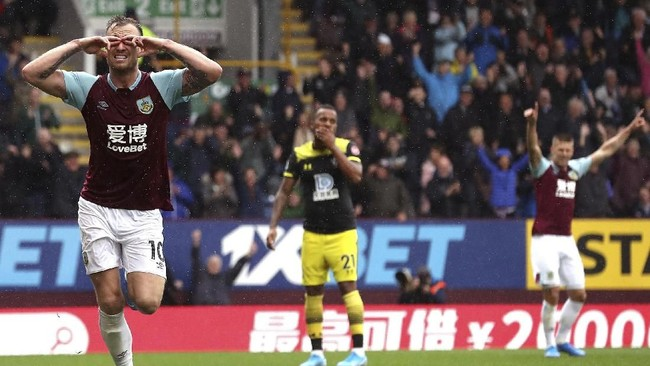 Penyerang Burnley Ashley Barnes merayakan gol ke gawang Southampton yang disambut suporter di Stadion Turf Moor, Sabtu (10/8). The Clarets menang 3-0 atas The Saints. (Martin Rickett/PA via AP)