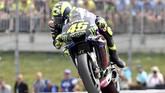 Pebalap Petronas Yamaha Valentino Rossi kesulitan menembus kloter terdepan dan menyalip Fabio Quartararo untuk merebut podium ketiga. (AP Photo/Kerstin Joensson)