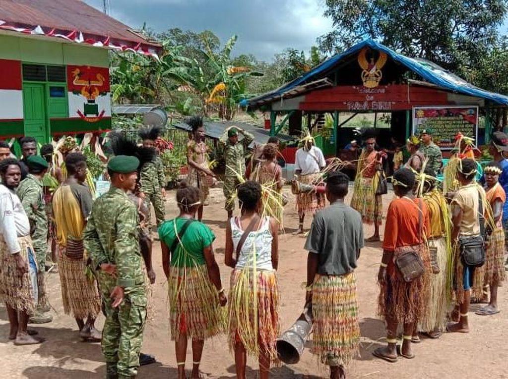 Sementara itu, Komandan Pos Rawabiru Letda Inf Raden Adityas menyampaikan bahwa kita (Satgas) bersama-sama warga Kampung Rawabiru mengadakan acara peringatan Hari Internasional Masyarakat Adat Sedunia sebagai bentuk melestarikan budaya adat guna mempererat hubungan silaturahmi dengan masyarakat.