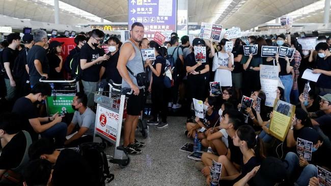 Otoritas Bandara Internasional Hong Kong memutuskan untuk membatalkan seluruhpenerbangan dari dan menuju Hong Kong Senin (12/8) setelah ribuan demonstran memasuki aula kedatangan bandara. (REUTERS/Thomas Peter)