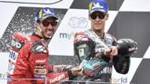 Andrea Dovizioso merayakan kemenangan di atas podium MotoGP Austria 2019 bersama Fabio Quartararo yang finis di posisi ketiga. (AP Photo/Kerstin Joensson)
