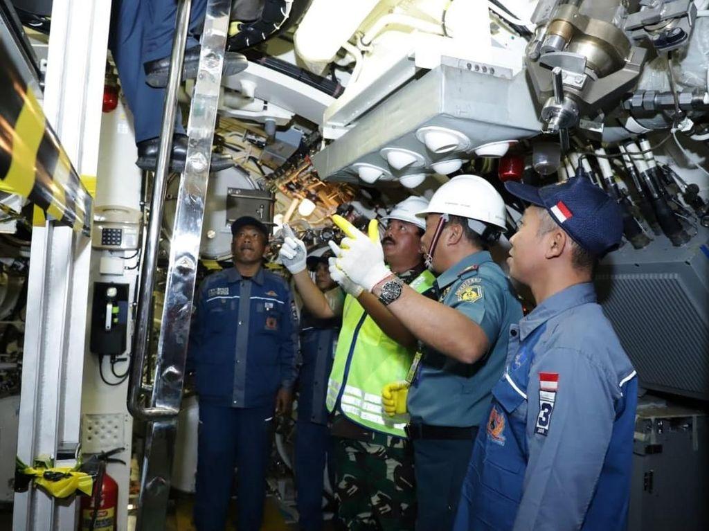 Kapal selam yang ditinjau oleh Panglima TNI Marsekal Hadi Tjahjanto ini merupakan buatan PT PAL bekerja sama dengan Daewoo Shipbuilding & Marine Engineering (DSME) Korea Selatan. Istimewa/Puspen TNI.