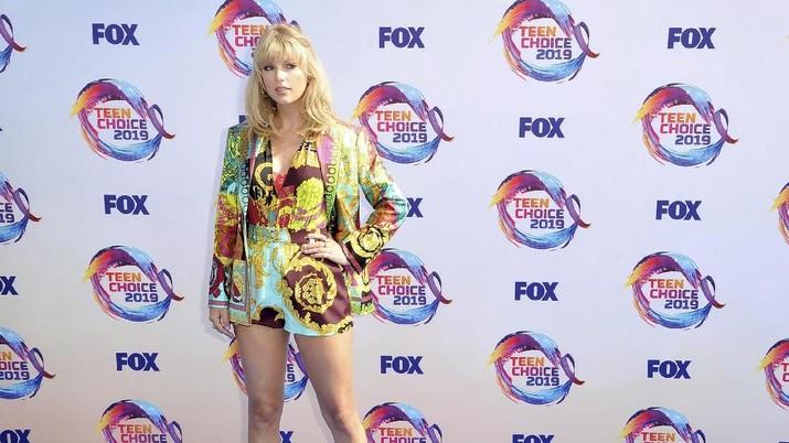 Taylor Swift datang menggunakan gaya pakaian warna-warni dari desainer Versace.