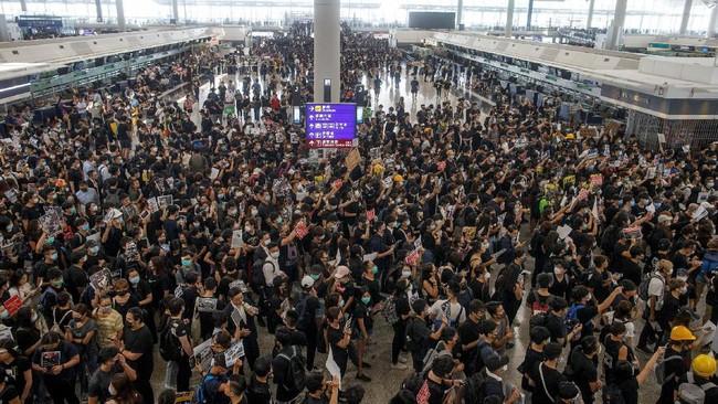 Pembatalan ini dilakukan setelah ribuan pengunjuk rasa memasuki aula kedatangan bandara guna menggelar aksi demonstrasi lanjutan. (REUTERS/Thomas Peter)