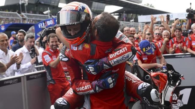 Andrea Dovizioso merayakan kemenangan di parc ferme MotoGP Austria 2019 bersama ofisial Ducati. (VLADIMIR SIMICEK / AFP)