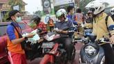 Sejumlah anggota Pemadam Kebakaran (Damkar) Panca Bhakti membagikan masker kepada pengendara motor yang melintasi Jalan Ahmad Yani Pontianak, Kalimantan Barat, 8Agustus 2019. (ANTARA FOTO/Jessica Helena Wuysang)