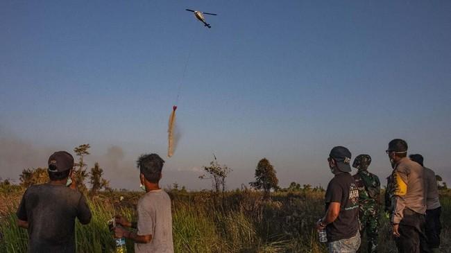 Helikopter milik Badan Penanggulangan Bencana Daerah (BPBD) Ketapang melakukan pemadaman kebakaran lahan dengan