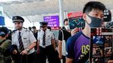 Selain penerbangan keberangkatan yang telah melalui proses check-in serta penerbangan yang sudah menuju Hong Kong, semua penerbangan lainnya telah dibatalkan sepanjang hari ini. (REUTERS/Tyrone Siu)