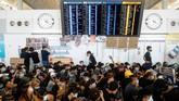 Aktivitas di Bandara Internasional Hong Kong mengalami kekacauan serius akibat demonstrasi di bandara hari ini. (REUTERS/Thomas Peter)