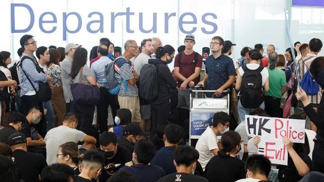 Ribuan pengunjuk rasa pro-demokrasi memenuhi kawasan bandara Hong Kong sambil memegang papan bertuliskan