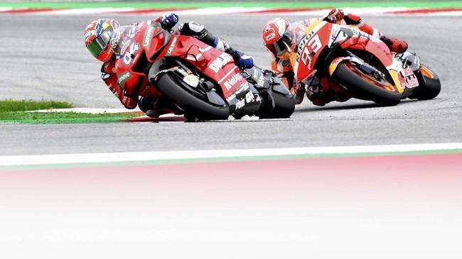 Andrea Dovizioso akhirnya melakukan manuver berani dengan menyalip Marc Marquez di tikungan terakhir jelang garis finis, seperti yang dilakukannya di MotoGP Austria 2017. (AP Photo/Kerstin Joensson)