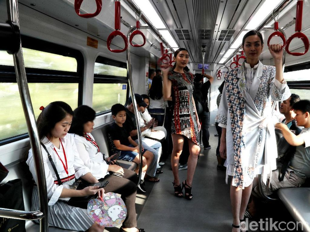 Fashion show tersebut langsung menjadi sorotan para penumpang yang ada di dalam gerbong.