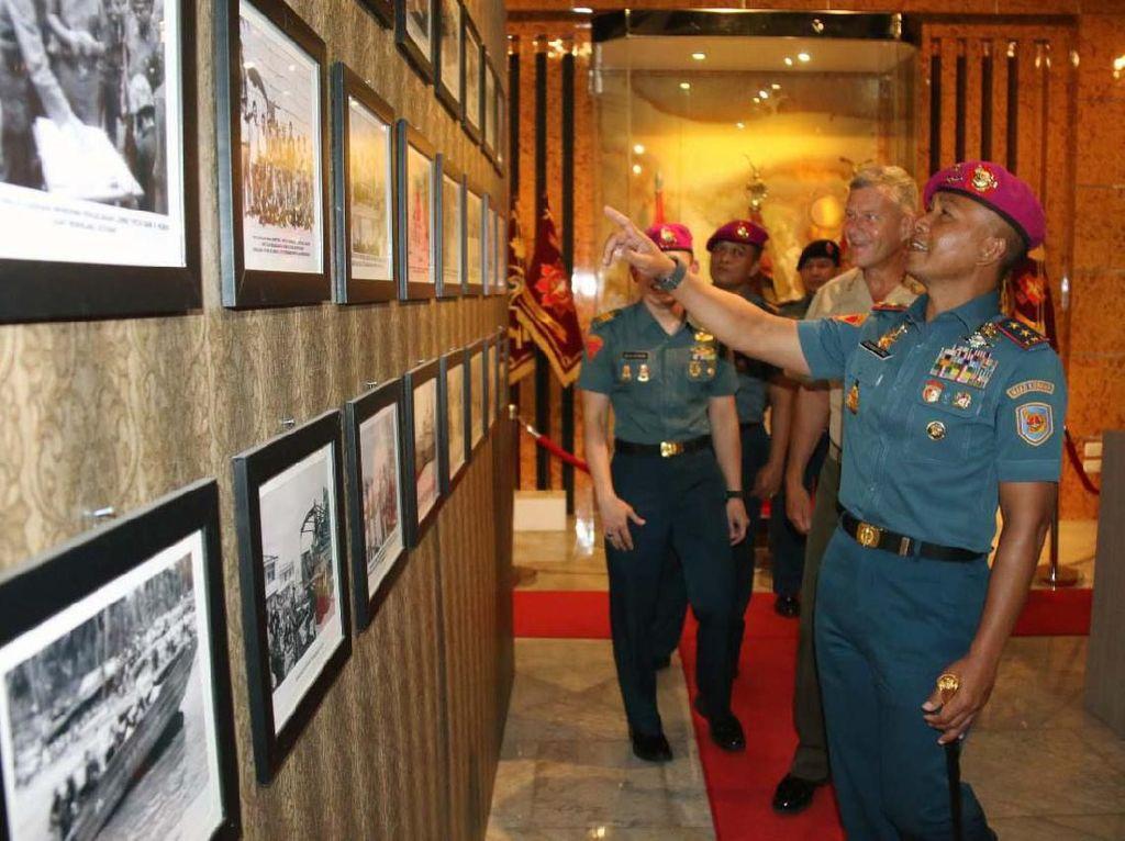 Selanjutnya kedua delegasi melakukan tour di Memorial Gallery Korps Marinir yang berisikan barang - barang bersejarah yang berhubungan dengan Komandan Korps Marinir dari masa ke masa. Pool/Dispen Kormar.