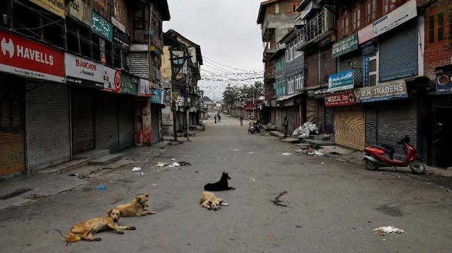 PM Narendra Modi menyatakan alasan mencabut aturan itu karena dianggap menghambat penyatuan Kashmir ke dalam India. Para tokoh di Kashmir justru menentang keputusan itu dan memperingatkan hal ini bisa memicu kawasan itu kembali bergolak. (REUTERS/Danish Siddiqui)