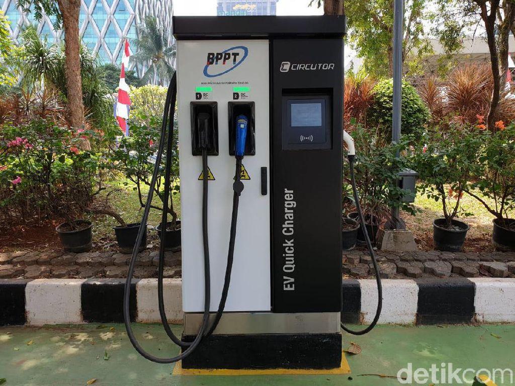 Sudah cukup banyak pengguna mobil listrik yang memanfaatkan fasilitas charging station milik BPPT itu. Ada pengguna mobil listrik seperti BMW. Tapi paling banyak mobil taksi. Pernah sekaligus 4 mobil taksi yang ngecas di situ. Foto: Luthfi Anshori