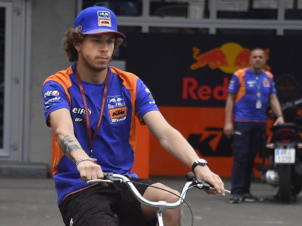 Marco Bezzecchi melakukan whellie dengan sepeda lipatnya (Mirco Lazzari gp/Getty Images)