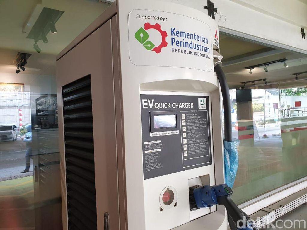 SPLU di area parkir SPBU Coco Rasuna Said, Kuningan, memiliki empat unit alat pengisian daya baterai. Pertamina menyebutnya sebagai Green Energy Station (GES). Foto: Luthfi Anshori