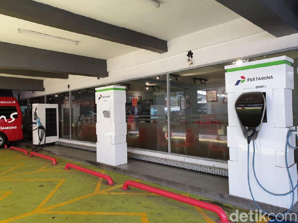 Detikcom coba menelusuri tiga lokasi fasilitas SPLU yang ada di DKI Jakarta. Pertama SPLU yang ada di area parkir SPBU Coco Rasuna Said Kuningan, fasilitas pengisian daya (charging station) di Gedung BPPT RI Thamrin, dan fasilitas SPLU yang ada di PLN Disjaya (Distribusi Jakarta Raya). Foto: Luthfi Anshori