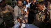 Pemicu ketegangan di Kashmir terjadi sejak 2 Agustus. Saat itu aparat keamanan India mendapat laporan ancaman serangan dari kelompok militan yang bersembunyi di Pakistan. (REUTERS/Mukesh Gupta)